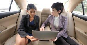 Επιχειρηματίας που παίρνει την επίπληξη από το θηλυκό προϊστάμενό του στο backseat ενός αυτοκινήτου φιλμ μικρού μήκους