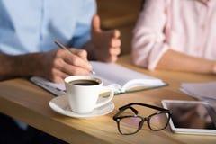 Επιχειρηματίας που παίρνει τις σημειώσεις στο σημειωματάριο στοκ φωτογραφία
