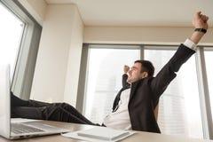 Επιχειρηματίας που παίρνει το σύντομο διάλειμμα κατά τη διάρκεια της ημέρας εργασίας Στοκ φωτογραφία με δικαίωμα ελεύθερης χρήσης