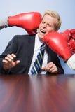 Επιχειρηματίας που παίρνει τρυπημένος με διατρητική μηχανή στοκ εικόνα