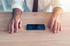 Επιχειρηματίας που παλεύει την κινητή κρίση τηλεφωνικού εθισμού Στοκ εικόνες με δικαίωμα ελεύθερης χρήσης