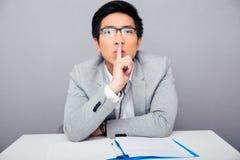 Επιχειρηματίας που παρουσιάζει δάχτυλο πέρα από τα χείλια Να είστε ήρεμος!!! στοκ εικόνες