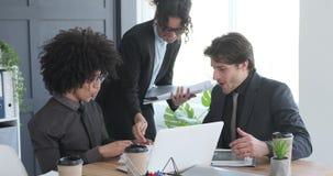 Επιχειρηματίας που παρουσιάζει έκθεση επιτυχίας και που γιορτάζει με τους συναδέλφους στο γραφείο απόθεμα βίντεο