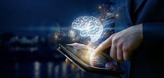 Επιχειρηματίας που παρουσιάζει έναν εγκέφαλο στο θολωμένο υπόβαθρο Στοκ Φωτογραφία