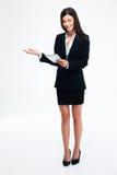 Επιχειρηματίας που παρουσιάζει ευπρόσδεκτη χειρονομία Στοκ Εικόνες