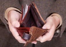 Επιχειρηματίας που παρουσιάζει κενό πορτοφόλι. Χρηματοδότηση και οικονομία. Στοκ εικόνα με δικαίωμα ελεύθερης χρήσης