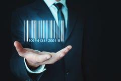 Επιχειρηματίας που παρουσιάζει κώδικα φραγμών Αποθήκη εμπορευμάτων, λογιστικός και οικονομικός στοκ εικόνα με δικαίωμα ελεύθερης χρήσης