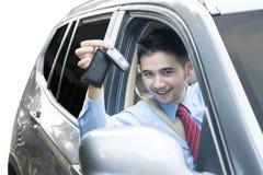 Επιχειρηματίας που παρουσιάζει κλειδί αυτοκινήτων μέσα στο αυτοκίνητο Στοκ εικόνες με δικαίωμα ελεύθερης χρήσης