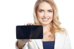 Επιχειρηματίας που παρουσιάζει μια επίδειξη του τηλεφώνου και του χαμόγελου Στοκ Εικόνες