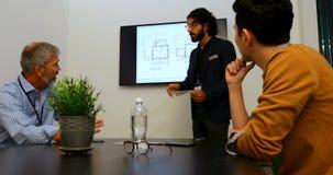 Επιχειρηματίας που παρουσιάζει στη αίθουσα συνδιαλέξεων 4k απόθεμα βίντεο