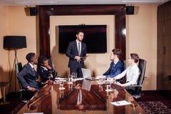 Επιχειρηματίας που παρουσιάζει στους συναδέλφους σε μια συνεδρίαση Στοκ Εικόνα
