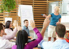 Επιχειρηματίας που παρουσιάζει στους συναδέλφους γραφείων Στοκ Εικόνα