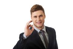 Επιχειρηματίας που παρουσιάζει τέλειο σημάδι στοκ εικόνα με δικαίωμα ελεύθερης χρήσης