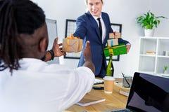 Επιχειρηματίας που παρουσιάζει το δώρο στο συνάδελφο Στοκ Εικόνες