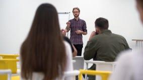Επιχειρηματίας που παρουσιάζει το νέο πρόγραμμα στους διαφορετικούς συνεργάτες με το διάγραμμα κτυπήματος, εταιρική επιχειρησιακή φιλμ μικρού μήκους