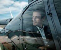 Επιχειρηματίας που περιμένει μέσα στο ιδιωτικό ελικόπτερο Στοκ Φωτογραφία