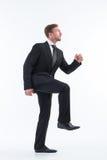 Επιχειρηματίας που περπατά επάνω τα επινοητικά σκαλοπάτια Στοκ Εικόνες