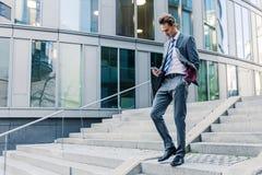 Επιχειρηματίας που περπατά κάτω σε ένα πάρκο γραφείων Στοκ εικόνα με δικαίωμα ελεύθερης χρήσης