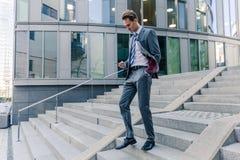 Επιχειρηματίας που περπατά κάτω σε ένα πάρκο γραφείων Στοκ φωτογραφία με δικαίωμα ελεύθερης χρήσης