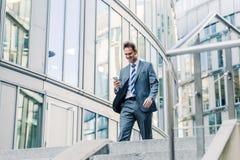 Επιχειρηματίας που περπατά κάτω σε ένα πάρκο γραφείων Στοκ Εικόνες