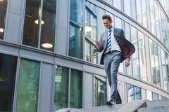 Επιχειρηματίας που περπατά κάτω σε ένα πάρκο γραφείων Στοκ Φωτογραφίες