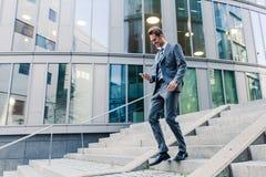 Επιχειρηματίας που περπατά κάτω σε ένα πάρκο γραφείων Στοκ Φωτογραφία
