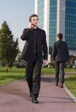 Επιχειρηματίας που περπατά κοντά στο γραφείο α Στοκ φωτογραφία με δικαίωμα ελεύθερης χρήσης