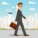 Επιχειρηματίας που περπατά μέσω της πόλης Στοκ φωτογραφία με δικαίωμα ελεύθερης χρήσης