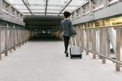 Επιχειρηματίας που περπατά με τη βαλίτσα στο διάδρομο Στοκ Εικόνες