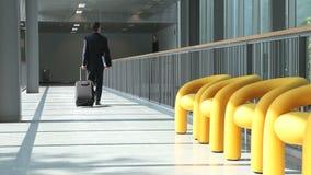 Επιχειρηματίας που περπατά με το καροτσάκι φιλμ μικρού μήκους