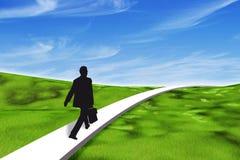 Επιχειρηματίας που περπατά σε ένα ενιαίο μονοπάτι Στοκ εικόνα με δικαίωμα ελεύθερης χρήσης