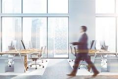 Επιχειρηματίας που περπατά στο άσπρο γραφείο στοκ εικόνα με δικαίωμα ελεύθερης χρήσης