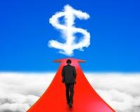 Επιχειρηματίας που περπατά στο βέλος που πηγαίνει προς το σημάδι δολαρίων Στοκ εικόνα με δικαίωμα ελεύθερης χρήσης
