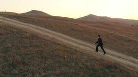 Επιχειρηματίας που περπατά στο δρόμο απόθεμα βίντεο