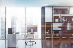 Επιχειρηματίας που περπατά στο μαύρο γραφείο CEO στοκ εικόνα με δικαίωμα ελεύθερης χρήσης