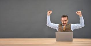 Επιχειρηματίας που πετυχαίνουν ευτυχής Στοκ εικόνα με δικαίωμα ελεύθερης χρήσης