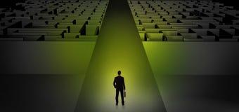 Επιχειρηματίας που πηγαίνει κατευθείαν δύο σκοτεινοί λαβύρινθοι Στοκ εικόνα με δικαίωμα ελεύθερης χρήσης