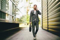 επιχειρηματίας που πηγαί& Στοκ εικόνες με δικαίωμα ελεύθερης χρήσης