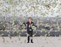 Επιχειρηματίας που πιάνει τα πετώντας χρήματα Στοκ εικόνα με δικαίωμα ελεύθερης χρήσης