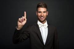 Επιχειρηματίας που πιέζει ένα φανταστικό κουμπί στο bokeh Στοκ Εικόνες