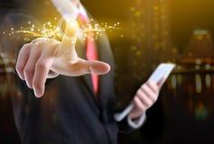 Επιχειρηματίας που πιέζει τα σύγχρονα κοινωνικά κουμπιά σε ένα εικονικό backgrou Στοκ εικόνες με δικαίωμα ελεύθερης χρήσης