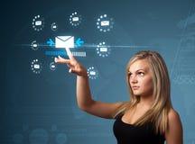 Επιχειρηματίας που πιέζει τον εικονικό τύπο μηνύματος εικονιδίων στοκ εικόνες