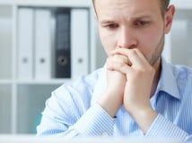 Επιχειρηματίας που πιέζεται δουλεύοντας στην αρχή Ματαιωμένο νέο όμορφο άτομο που φαίνεται εξαντλημένο καθμένος σε δικοί του Στοκ Εικόνα