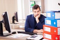 Επιχειρηματίας που πιέζεται νέος από το φόρτο εργασίας Στοκ Εικόνες