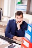 Επιχειρηματίας που πιέζεται νέος από το φόρτο εργασίας Στοκ φωτογραφίες με δικαίωμα ελεύθερης χρήσης