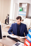 Επιχειρηματίας που πιέζεται νέος από το φόρτο εργασίας Στοκ Φωτογραφία
