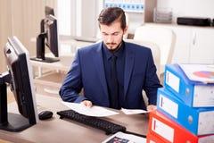 Επιχειρηματίας που πιέζεται νέος από το φόρτο εργασίας Στοκ Φωτογραφίες
