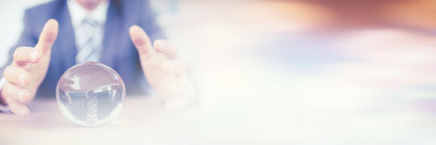 Επιχειρηματίας που προβλέπει μια σφαίρα κρυστάλλου στοκ εικόνα