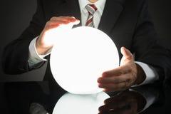 Επιχειρηματίας που προβλέπει το μέλλον με τη σφαίρα κρυστάλλου Στοκ εικόνες με δικαίωμα ελεύθερης χρήσης