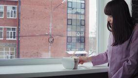 Επιχειρηματίας που προετοιμάζει τα στιγμιαία νουντλς στο παράθυρο ενάντια σε ένα κτήριο τούβλου φιλμ μικρού μήκους